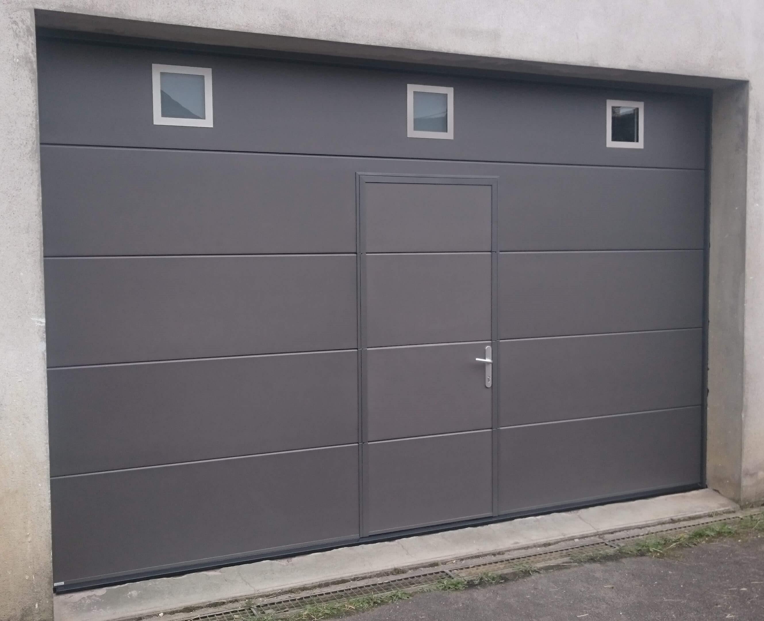 Menuiserie Figard - Fabrication sur mesure - Porte de garage sectionnelle avec hublot et portillon-